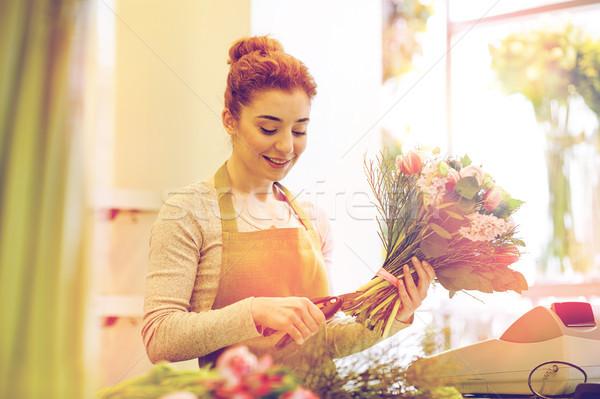 Mosolyog virágárus nő készít köteg virágüzlet Stock fotó © dolgachov