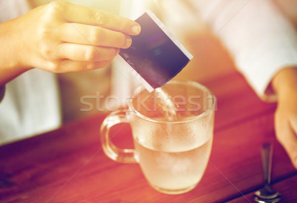 Kobieta lek kubek wody opieki zdrowotnej Zdjęcia stock © dolgachov