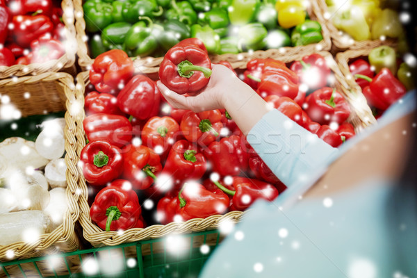 Cliente compra pimentas mercearia venda compras Foto stock © dolgachov