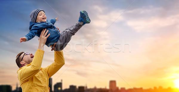 Vader zoon spelen buitenshuis familie jeugd Stockfoto © dolgachov