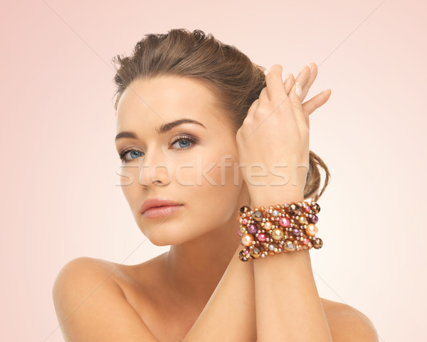 Vrouw armband kralen mooie vrouw hand Stockfoto © dolgachov