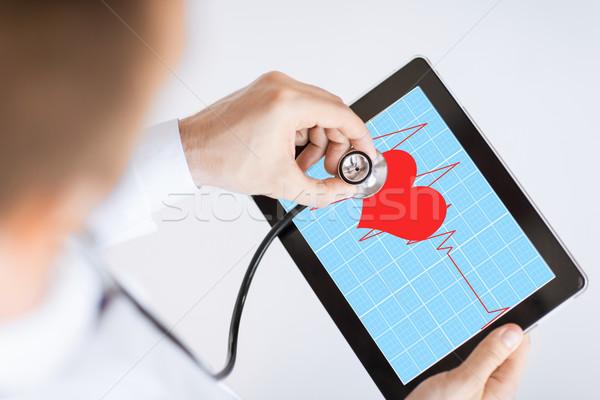 Orvos hallgat szívverés sztetoszkóp táblagép kéz Stock fotó © dolgachov