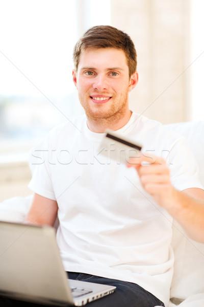 ストックフォト: 男 · ノートパソコン · クレジットカード · ホーム · 笑みを浮かべて