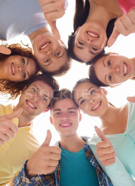 Grupo sonriendo adolescentes amistad jóvenes gesto Foto stock © dolgachov