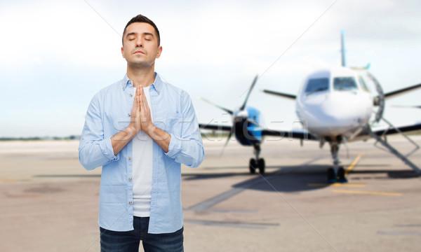 человека молиться самолет ВПП веры Бога Сток-фото © dolgachov
