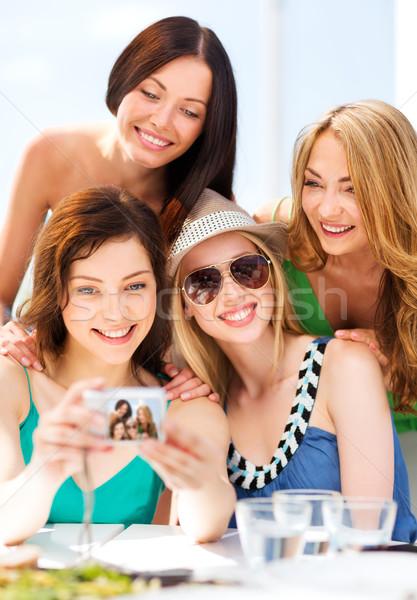 Lányok elvesz fotó kávézó tengerpart nyár Stock fotó © dolgachov