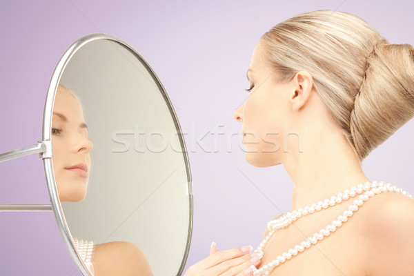 Mooie vrouw parel ketting spiegel schoonheid luxe Stockfoto © dolgachov