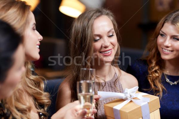 Szczęśliwy kobiet szampana dar klub nocny uroczystości Zdjęcia stock © dolgachov