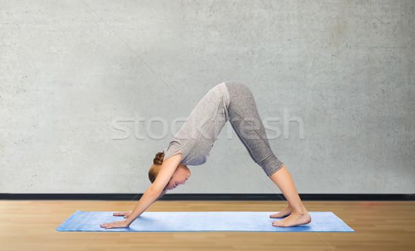 Vrouw yoga hond pose fitness Stockfoto © dolgachov