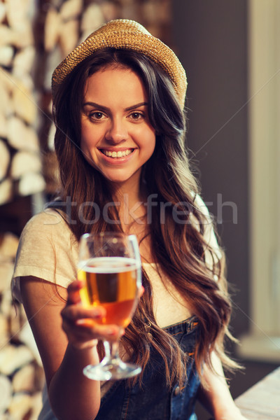Felice acqua potabile bar pub persone Foto d'archivio © dolgachov