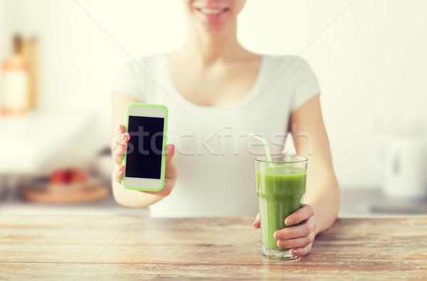 Vrouw smartphone groene sap gezond eten Stockfoto © dolgachov