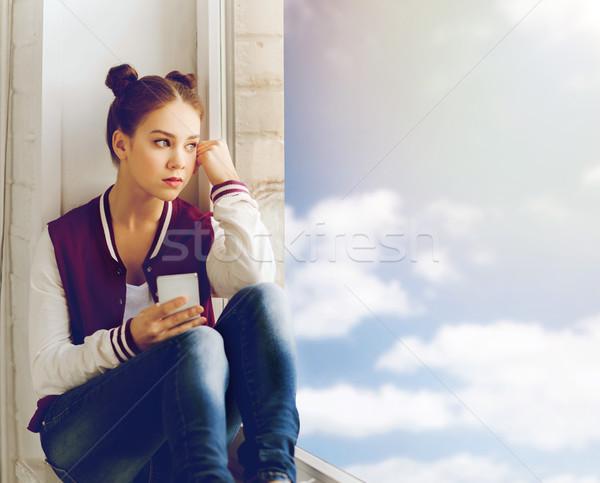 Tinilány ül ablakpárkány okostelefon emberek érzelem Stock fotó © dolgachov