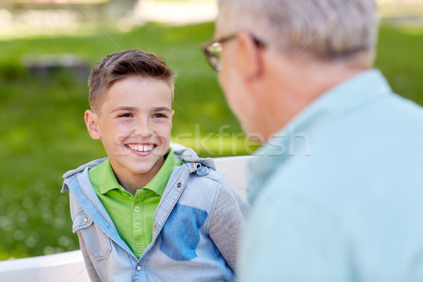 Abuelo nieto hablar verano parque familia Foto stock © dolgachov