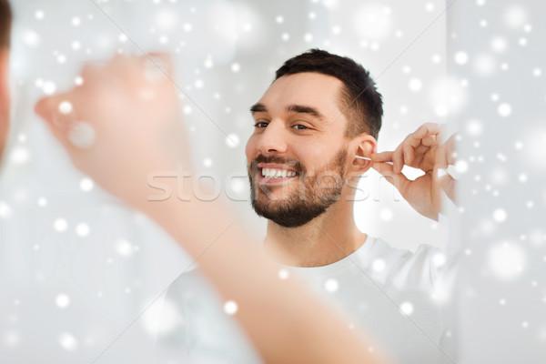 Foto stock: Hombre · limpieza · oído · algodón · bano · belleza