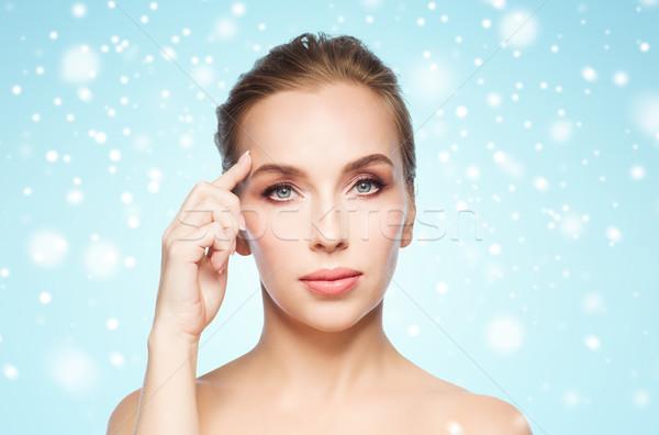 Mooie vrouw tonen voorhoofd sneeuw schoonheid mensen Stockfoto © dolgachov
