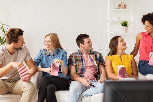 Szczęśliwy znajomych popcorn domu przyjaźni Zdjęcia stock © dolgachov