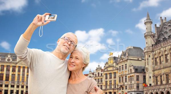 Idős pár kamera utazó Brüsszel turizmus utazás Stock fotó © dolgachov