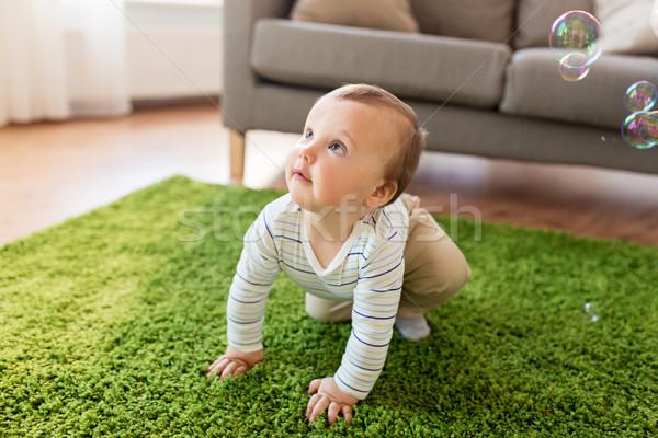 Bébé garçon jouer bulles de savon maison enfance Photo stock © dolgachov