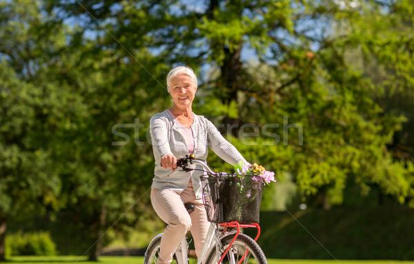 Foto stock: Feliz · senior · mulher · equitação · bicicleta · verão