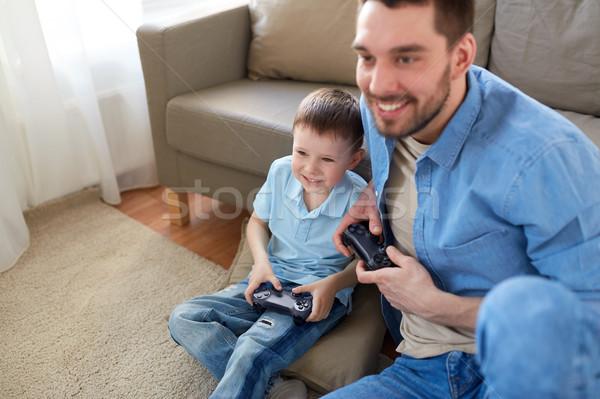 Vader zoon spelen video game home familie vaderschap Stockfoto © dolgachov