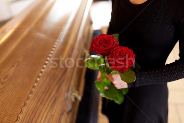 女性 赤いバラ 棺 葬儀 人 喪 ストックフォト © dolgachov