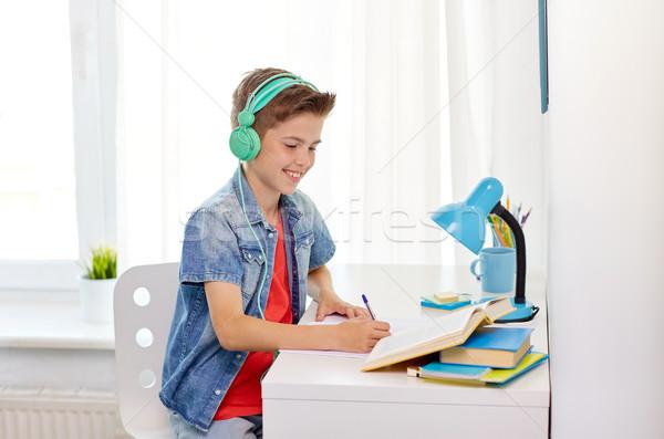 Student jongen hoofdtelefoon schrijven notebook onderwijs Stockfoto © dolgachov