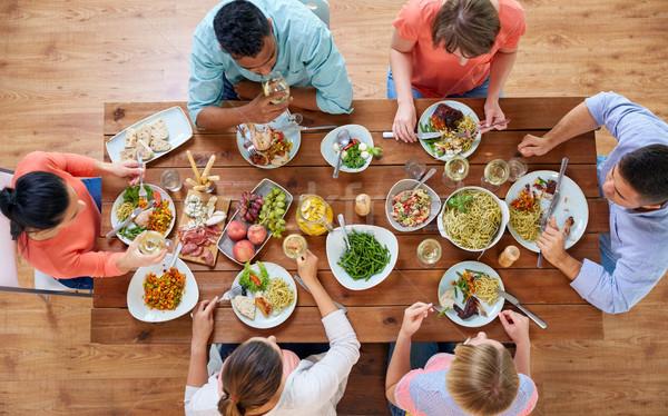Grup insanlar yeme tablo gıda boş yemek masası Stok fotoğraf © dolgachov