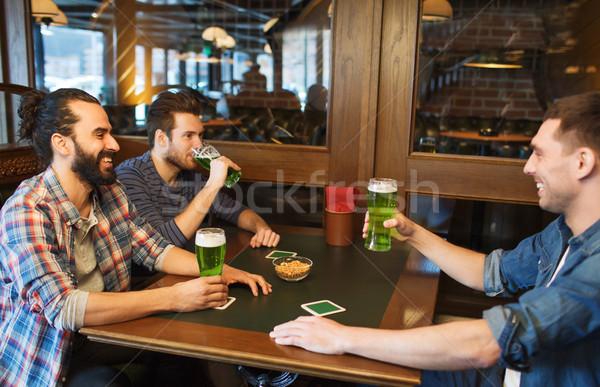 Männlich Freunde trinken grünen Bier bar Stock foto © dolgachov