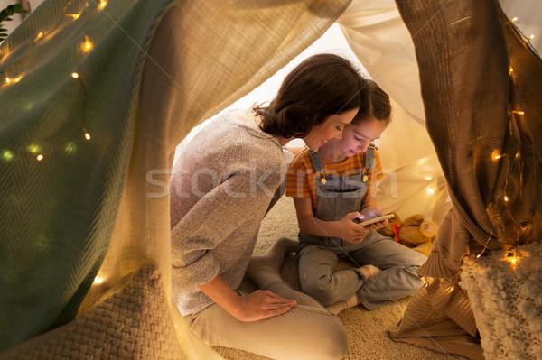 Szczęśliwą rodzinę smartphone dzieci namiot domu rodziny Zdjęcia stock © dolgachov