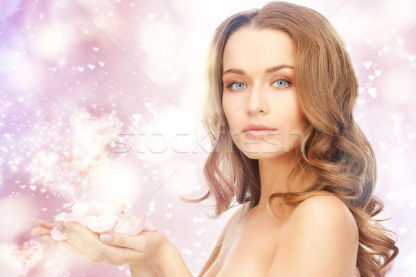 Mooie vrouw rozenblaadjes foto harten vrouw meisje Stockfoto © dolgachov