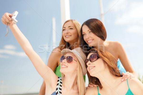 Mosolyog lányok elvesz fotó kávézó tengerpart Stock fotó © dolgachov