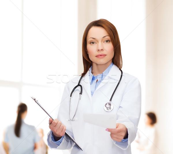 Calme Homme médecin presse-papiers santé médecine Photo stock © dolgachov