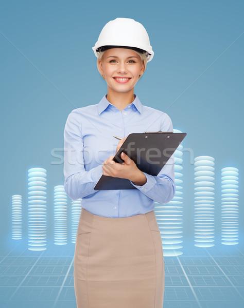 Stockfoto: Glimlachend · zakenvrouw · helm · gebouw · ontwikkelen
