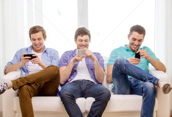Mosolyog barátok okostelefonok otthon barátság technológia Stock fotó © dolgachov
