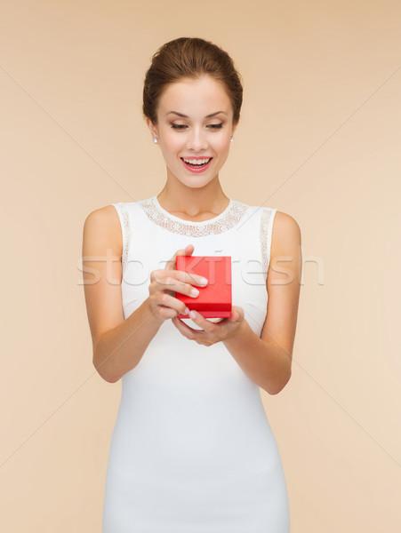 Gülümseyen kadın kırmızı hediye kutusu tatil hediyeler Stok fotoğraf © dolgachov
