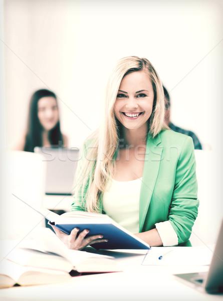 Zdjęcia stock: Uśmiechnięty · młoda · kobieta · czytania · książki · szkoły · zdjęcie