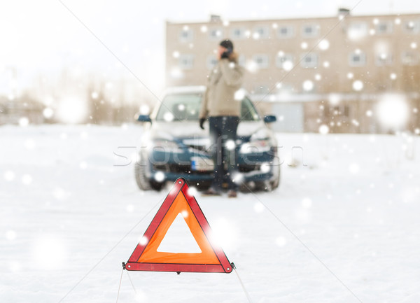 Man kapotte auto smartphone vervoer winter Stockfoto © dolgachov