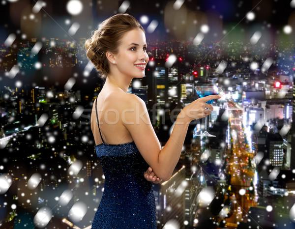 Mosolygó nő estélyi ruha tart koktél italok karácsony Stock fotó © dolgachov
