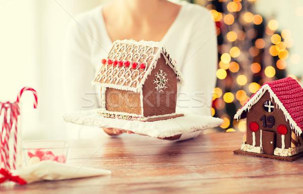 Vrouw tonen peperkoek huis koken Stockfoto © dolgachov