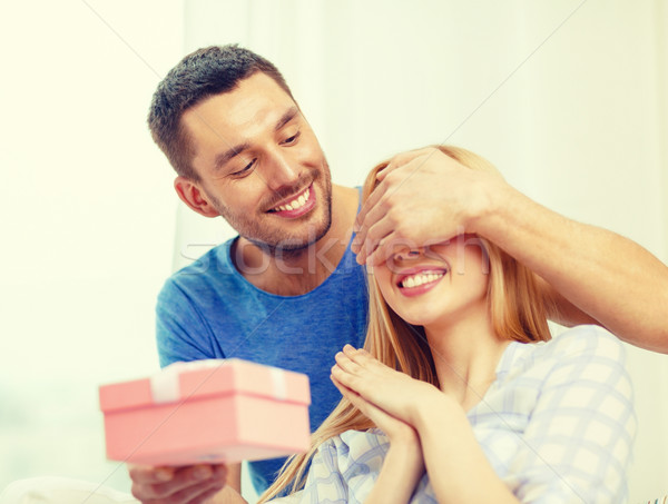 Glimlachend man vriendin aanwezig liefde vakantie Stockfoto © dolgachov