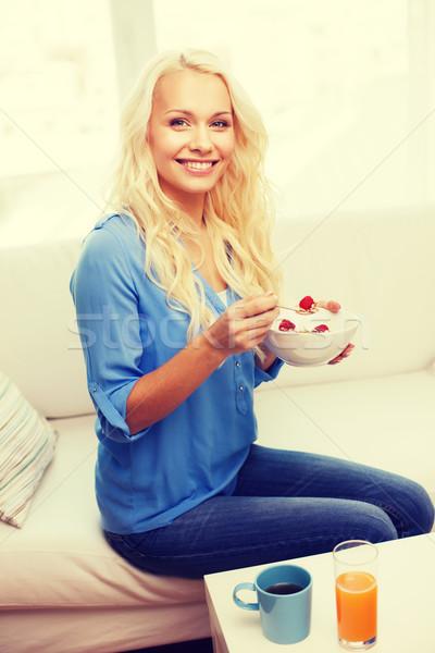улыбающаяся женщина чаши мюсли завтрак здравоохранения продовольствие Сток-фото © dolgachov