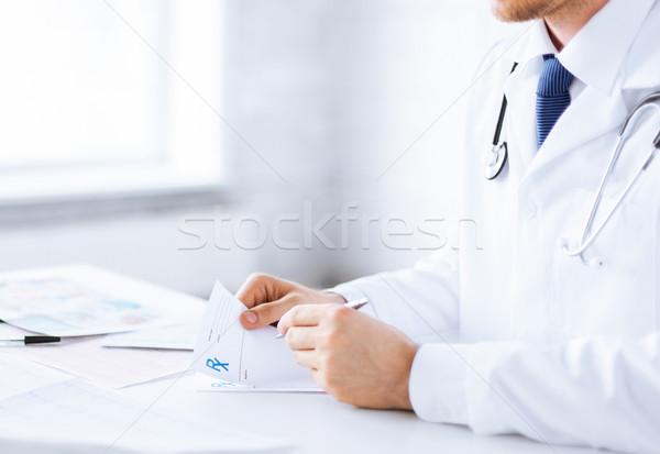 Medico di sesso maschile iscritto prescrizione carta famiglia Foto d'archivio © dolgachov