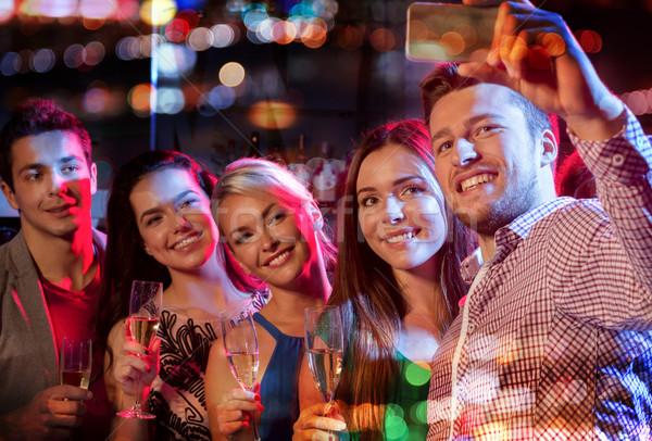 Amigos toma club nocturno fiesta vacaciones Foto stock © dolgachov