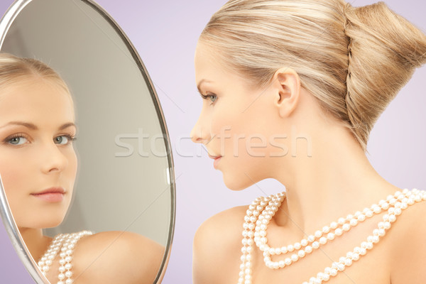 Belle femme perle collier miroir beauté luxe Photo stock © dolgachov
