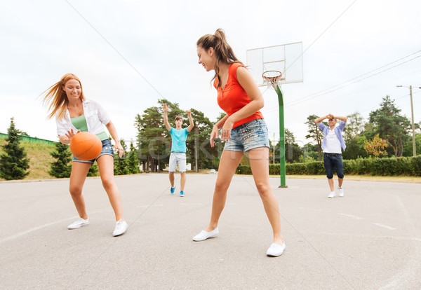 Groep gelukkig tieners spelen basketbal zomervakantie Stockfoto © dolgachov