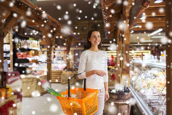 Boldog nő étel kosár élelmiszerbolt vásár Stock fotó © dolgachov