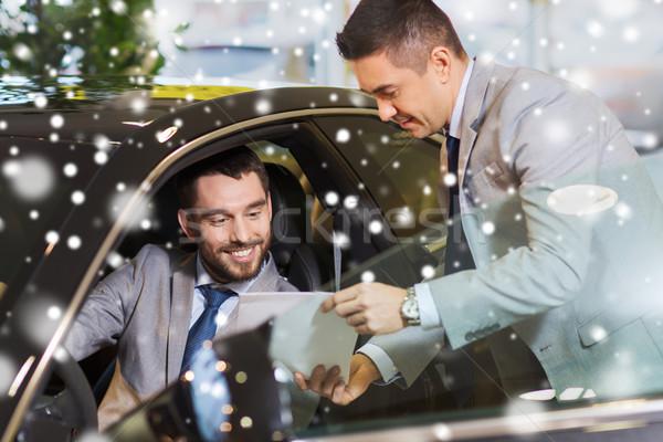 Feliz hombre auto mostrar salón Foto stock © dolgachov