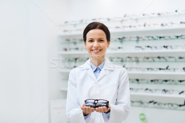 Vrouw opticien bril optica store Stockfoto © dolgachov