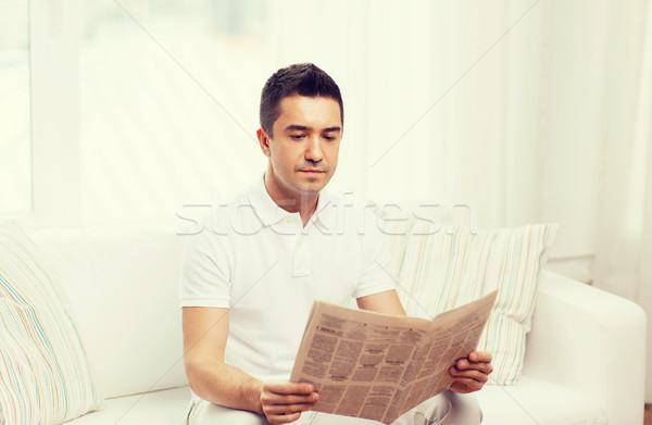 Adam okuma gazete ev boş bilgi Stok fotoğraf © dolgachov
