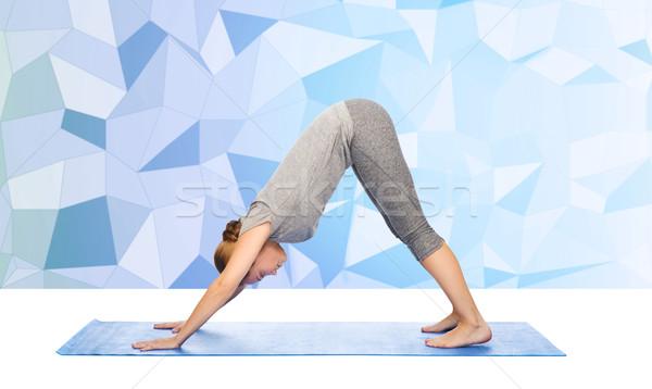 Donna yoga cane posa fitness Foto d'archivio © dolgachov